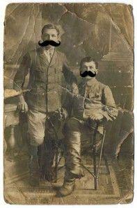 """Przeglądając stare dokumenty natknąłem się na swoje zdjęcie z okresu kiedy nosiłem wąsy. Oczywiści pamiętałem, że był w moim życiu taki czas że wąsy dumnie pod nosem nosiłem, ale widok własnej twarzy z """"krzakiem"""" pod nosem wywołał ogromne zdziwienie albo raczej -zaciekawienie. ... Zaciekawienie to wynikało z faktu, że nie …"""