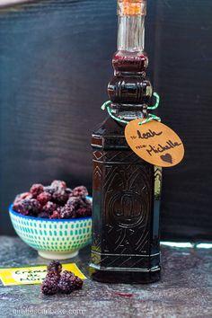 Blackberry Liqueur (Crème de Mûre) Recipe - How to Make it at Home Homemade Alcohol, Homemade Liquor, Homemade Liqueur Recipes, Blackberry Brandy Recipes, Raspberry Liquor Recipe, Blackberry Cordial Recipe, Raspberry Liqueur, Mimosas, Canning Recipes