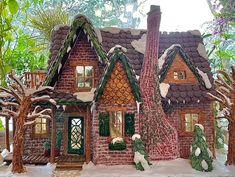Dvojnásobná mama pečie kompletne vybavené perníkové chalúpky - Akčné ženy Christmas Gingerbread House, Gingerbread Houses, Sugar Glass, Fur Tree, Tiny Furniture, Porch Lighting, Cupboard Doors, Under Stairs, Cabin Homes