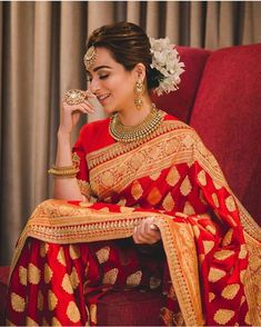 Saree and blouses Rotes Goldtraditioneller Silk Hochzeits-Saree - Rotes Goldtraditioneller Silk Hoch Indian Bridal Sarees, Indian Bridal Outfits, Indian Bridal Fashion, Indian Bridal Wear, Indian Designer Outfits, Indian Wear, Lehanga Bridal, Designer Sarees Wedding, Saree Wedding