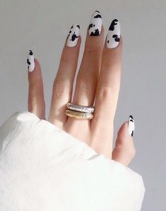 The advantage of the gel is that it allows you to enjoy your French manicure for a long time. There are four different ways to make a French manicure on gel nails. Nail Design Glitter, Glitter Nails, Cow Nails, Matte Nail Art, Acrylic Nails, Shellac Nails, Nail Manicure, Nagellack Trends, Latest Nail Art