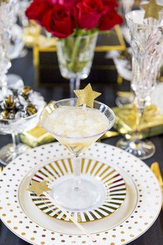 What better than a golden ginger cocktail to celebrate the Golden Globes! Click for the full recipe by @pizzazzerie  and tablescape ideas for your at-home soiree.