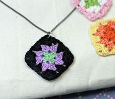 Free tutorial to make yourself a cute crochet granny square necklace - love it!