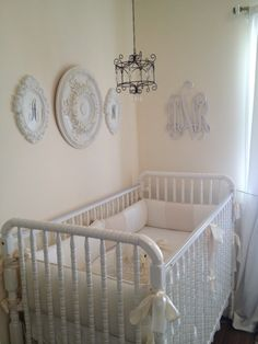 Beautiful all white nursery w/ @MDB Playroom #Davinci #JennyLind baby crib. @Project Nursery | Junior