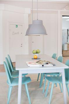 Cadeiras na cor turquesa + mesa branca na sala de jantar maravilhosa!! #turquesa #saladejantar