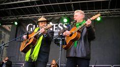 """Paul Daly und Oberbürgermeister Dieter Reiter singen """"Whiskey in the Jar..."""