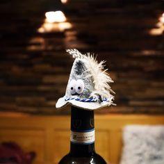 Flaschenhut #bottlehat #huadling #küche #wein #wine Winter Hats, Handmade, Souvenir, Oktoberfest, Wine, Figurine, Dekoration, Hand Made, Handarbeit