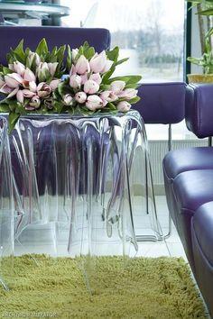 Przezroczysty stolik do malego salonu