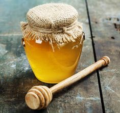 DIY Itchy Scalp Shampoo with Honey & Tea Tree Oil Itchy scalp is annoying and embarrassing! There are a number of things that cause a dry, itchy scalp, such as fungal infect. Itchy Scalp Treatment, Shampoo For Itchy Scalp, Anti Dandruff Shampoo, Diy Shampoo, Homemade Shampoo, Spot Treatment, Homemade Hair, Essential Oils For Rosacea, Honey