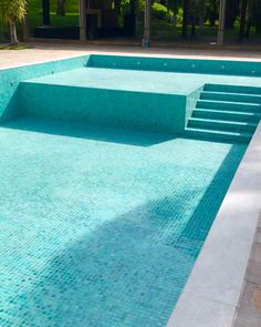 Mais fotos e detalhes dessa piscina baphooo que fez maior sucesso por aqui 🏊♀️💚 ✔️Pastilhas cor Loulé @ceramicaatlas