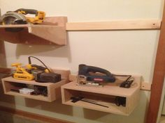 Woodworking Course Tool holders on French cleats - Garage Organization Tips, Garage Tool Storage, Workshop Storage, Garage Tools, Diy Storage, Storage Ideas, Woodworking Courses, Woodworking Projects Diy, Diy Wood Projects