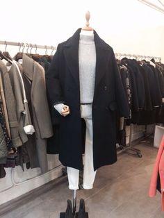 검정 코트와 회색 목티