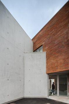 Alvaro Siza Fire Station in Santo Tirso © Joao Morgado - Architecture Photography Window Cut Wall Exterior Brick Architecture, Sustainable Architecture, Contemporary Architecture, Architecture Details, Amazing Architecture, Brick And Stone, View Photos, Portugal, Fire