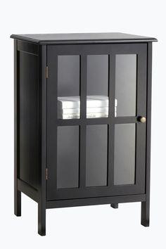 Yöpöytä/kaappi, joka sopii esimerkiksi olo- tai makuuhuoneeseen tai eteiseen. MDF-levyä, vitriiniovi lasia. Yksi hyllytaso, jonka voi siirtää 3 eri korkeuteen. Korkeus 73 cm. Leveys 47 cm. Syvyys 39 cm. Toimitetaan osina. <br><br>