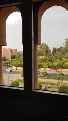 Hotel Riad Mogador Menara vista da rua muito arborizada em Marrakech - Marrocos