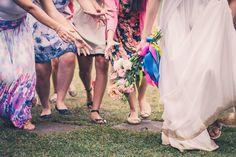 Foto por Union Imagens ❤ Aline & Fagner em Guarapari/ES. Decoração de casamento rústica com buquê de lisianthus. | Rustic wedding + pageant bouquet with blush lisianthus