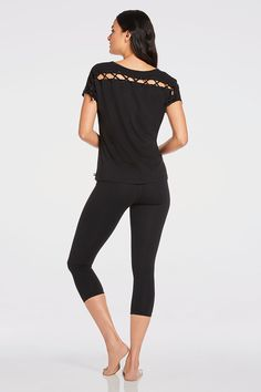 It's easy to live on the edge in our fashion forward tee with a lace-up back design. Keep it simple in our compressoin, sweat-fighting capri. | Gao Outfit - Fabletics