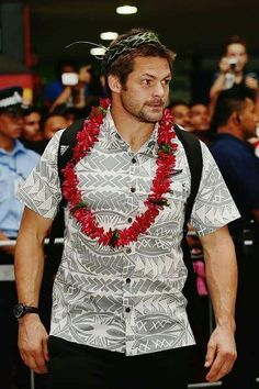 Richie McCaw welcomed on tarmac, with All Blacks in anticipation of test in Samoa All Blacks Rugby Team, Nz All Blacks, Richie Mccaw, Dan Carter, World Cup Champions, Rugby Men, Black Sails, Handsome, Fan Girl
