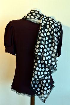 grand foulard, (V48) jolie étole en voile à gros pois blancs sur fond noir : Echarpe, foulard, cravate par l-atelier-des-coquettes intemporel, très mignon. porté avec un long pull oversize et un pantalon fuseau pour être pile dans la tendance !