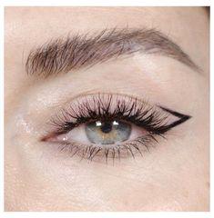 Gold Eyeliner, Eyeliner For Hooded Eyes, Smokey Eyeliner, Eyeliner Looks, Natural Eyeliner, Natural Makeup, Eyeliner Waterline, Perfect Eyeliner, Makeup Looks