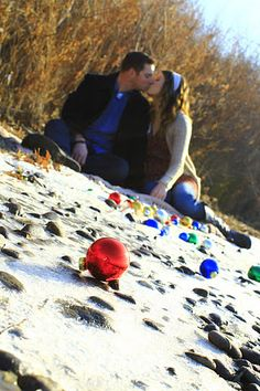 Great Idea on the beach! Beach picture with ornaments in the sand! Just enough to make my family in Jersey jealous! Christmas Mini Sessions, Christmas Minis, Christmas Photo Cards, Family Christmas, Christmas Photos, Christmas Wood, Beach Christmas Pictures, Holiday Pictures, Winter Pictures