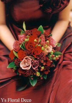 こちらの新婦さんのお色直しです。黒味がかった赤の重厚なドレスに合わせていただきました。赤~くすんだ赤~濃い目のベージュ色のバラに茶色の実やシキミアを合わせ...