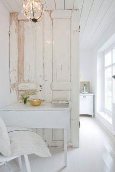 partition - cloison - porte - door - blanc - white - meuble peint - table - chaise - chair - painted furniture - plafonnier - ceiling light