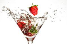 Erdbeeren und Alkohol: fruchtige Rezepte mit Schwips - Die Erdbeere ist ähnlich symbolbehaftet wie Evas Apfel im Paradies. Und harmoniert noch dazu geschmacklich hervorragend mit Hochprozentigem. Warum das so ist und welche Köstlichkeiten du mit Erdbeeren und Alkohol kreieren kannst, liest du hier. Die göttliche Frucht und das göttliche Laster Süß, f...