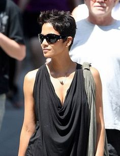 Halle Berry hair always fly Halle Berry Hairstyles, Cool Hairstyles, Pixie Styles, Short Styles, Hally Berry, Halle Berry Style, Great Hair, Hair Day, Short Hair Cuts
