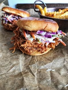 Raise your hand if you need this Crockpot BBQ Pulled Chicken recipe. I'll raise … Dinner Crockpot – Dinner Recipes Bbq Chicken Sandwich, Bbq Sandwich, Sandwiches, Ww Recipes, Crockpot Recipes, Healthy Recipes, Dinner Crockpot, Cooker Recipes, Healthy Foods