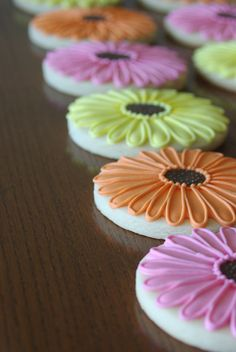 {Video} How to Make Daisy Cookies (with a little help from a KopyKake projector) – Koekjes recepten Mother's Day Cookies, Summer Cookies, Fancy Cookies, Iced Cookies, Easter Cookies, Cupcake Cookies, Cupcakes, Bolacha Cookies, Galletas Cookies