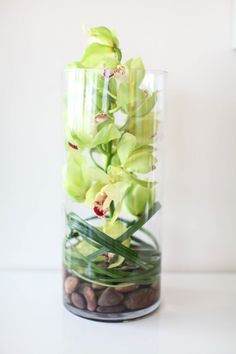 """gorgeous flowers displayed. More entertaining ideas and healthy recipes with Arielle Haspel of bewellwitharielle.com and Host of Glamour.com's cooking series """"Treat Yourself"""" @glamourmag"""