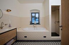 Také koupelna má okno s výhledem do okolí, použité baterie i obklady odkazují na doby dávno minulé.