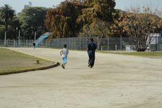 Dos niños entrenando.