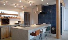 キッチンのタイプは対面式が以前から人気ですが、なかでも今話題なのがペニンシュラ型キッチンです。アイランドキッチンに比べると、確保しなければならない面積が狭くて済むことと、壁付けキッチンに比べると、ダイニング側のカウンター下にも収納を確保することができるというメリットとされています。ペニンシュラとは「半島」を意味します。つまり、キッチンの左右どちらかが壁に接した対面式キッチンのことです。では、そのペニンシュラ型キッチンをご紹介します。 Kitchen Benches, Kitchen Dinning, Kitchen Cabinet Design, Kitchen Interior, Modern Scandinavian Interior, Kitchen Views, Concrete Kitchen, Professional Kitchen, Home Furniture