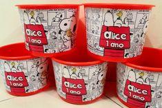 Snoopy 65 anos: 14 produtos para casa com a imagem do cãozinho   CASA.COM.BR Baby Birthday, Birthday Parties, Themed Parties, Snoopy Party, Lighting Logo, I Party, Coffee Cans, Party Themes, Alice