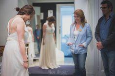 Sesión de fotos en la prueba de vestido, fotografía de boda by Mon Amour wedding photography. Novia, bride, velo, vestido, gown, dress. info@monamourweddings.com www.monamourweddings.com