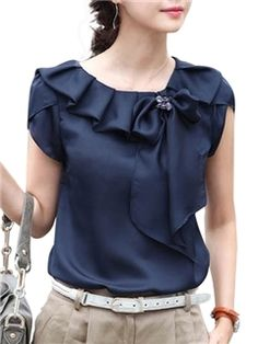 Plus Size M-XXXL elegante Bow Vintage Casual Blusa Mulheres Blusas Camisas… This blouse is adorable, but would take just the right kind of jacket to expose the beautiful neckline and still cover my arms. Blouse Styles, Blouse Designs, Moda Formal, Chiffon Shirt, Mode Style, Plus Size Tops, Dress Patterns, Blouses For Women, Designer Dresses