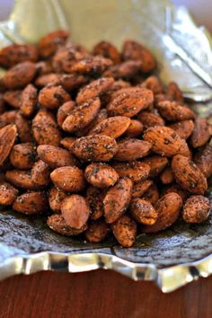 Learn how to make perfectly seasoned Smoky Spicy Roasted Almonds that are so much better than store bought at a fraction of the cost. Spicy Nuts, Spicy Almonds, Clean Eating Diet, Healthy Eating, Healthy Food, Nut Recipes, Healthy Recipes, Roasted Almonds, Paleo