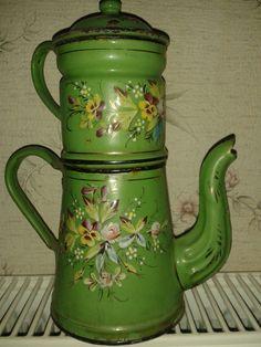 ancienne cafetière en métal émaillée,décor fleuri en relief