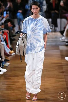 Fashion Week Paris Spring/Summer 2019 look 21 from the Stella McCartney collection womenswear Tie Dye Fashion, Diy Fashion, Runway Fashion, Fashion Show, Womens Fashion, Summer Street, Spring Summer, Stella Mccartney Jeans, Cool Style