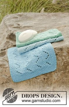Knitted cloths with lace pattern and moss stitch in DROPS Paris. Free pattern by DROPS Design.