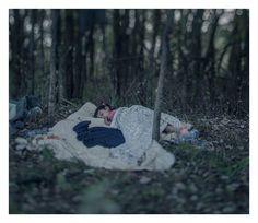 LAMAR1 5 jaar Na twee pogingen om de zee over te steken vanaf Turkije, hebben Lamar en haar familie de grens naar Hongarije bereikt. Het vijfjarige meisje slaapt hier in het bos.