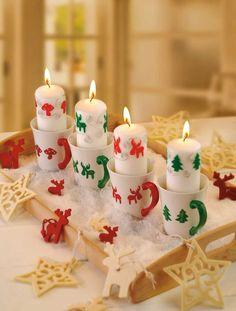 """Lustiger Tassenkerzen Adventskranz (Idee mit Anleitung – Klick auf """"Besuchen""""!) - Statt Tannenzweige vier Tassen sammeln, die gemeinsam mit der Kerze weihnachtlich gestaltet werden. Ein außergewöhnlicher Adventskranz!"""