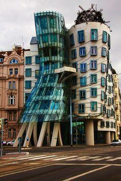 """Knick in der Optik? Nein, ganz und gar nicht! Das """"Tanzende Haus"""" ist eines der beeindruckendsten architektonischen Kunstwerke von #Prag, die du bei einem spannenden Citytrip einfach gesehen haben musst!"""