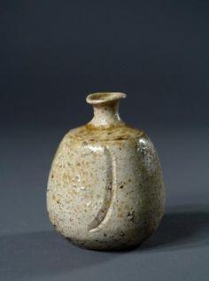 Sake bottle tokkuri Iga ceramic H 13 cm / D cm Japan, Momoyama period late… Chinese Ceramics, Japanese Ceramics, Japanese Pottery, Old Pottery, Ceramic Pottery, Pottery Ideas, Glass Ceramic, Ceramic Art, Sake Bottle