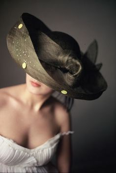 Modern hat - lovely photo (With images) Stylish Hats, Church Hats, Fancy Hats, Kentucky Derby Hats, Wearing A Hat, Love Hat, Hat Hairstyles, Mode Vintage, Ascot
