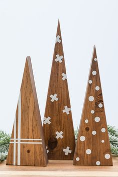 DIY Scandinavian Christmas Tree - Scrap Wood Project - Kippi at Home Wooden Christmas Crafts, Wooden Christmas Decorations, Modern Christmas, Christmas Projects, Simple Christmas, Christmas Diy, Diy Christmas Tree Decorations, Christmas Tree Art, Nordic Christmas