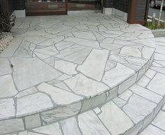 A Pedra São Tomé é ideal para revestimento de Pisos externos, além de pisos de piscinas, pois é antiderrapante e atérmica.