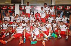 Jogadores dos encarnados agruparam-se em torno da camisola e do armário do jogador argentino no balneário do Estádio da Luz